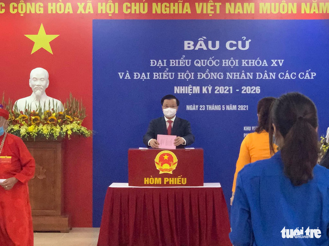 Hanoi Party Secretary Dinh Tien Dung casts his vote on May 23, 2021. Photo: Xuan Long / Tuoi Tre