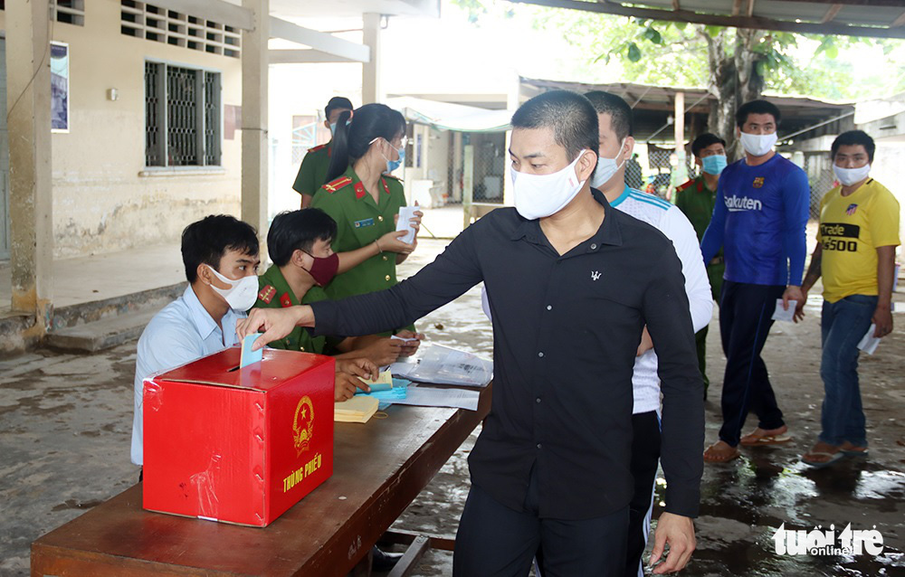 Detainees cast their votes at a detention center in An Giang Province, Vietnam, May 23, 2021. Photo: Tien Vu / Tuoi Tre