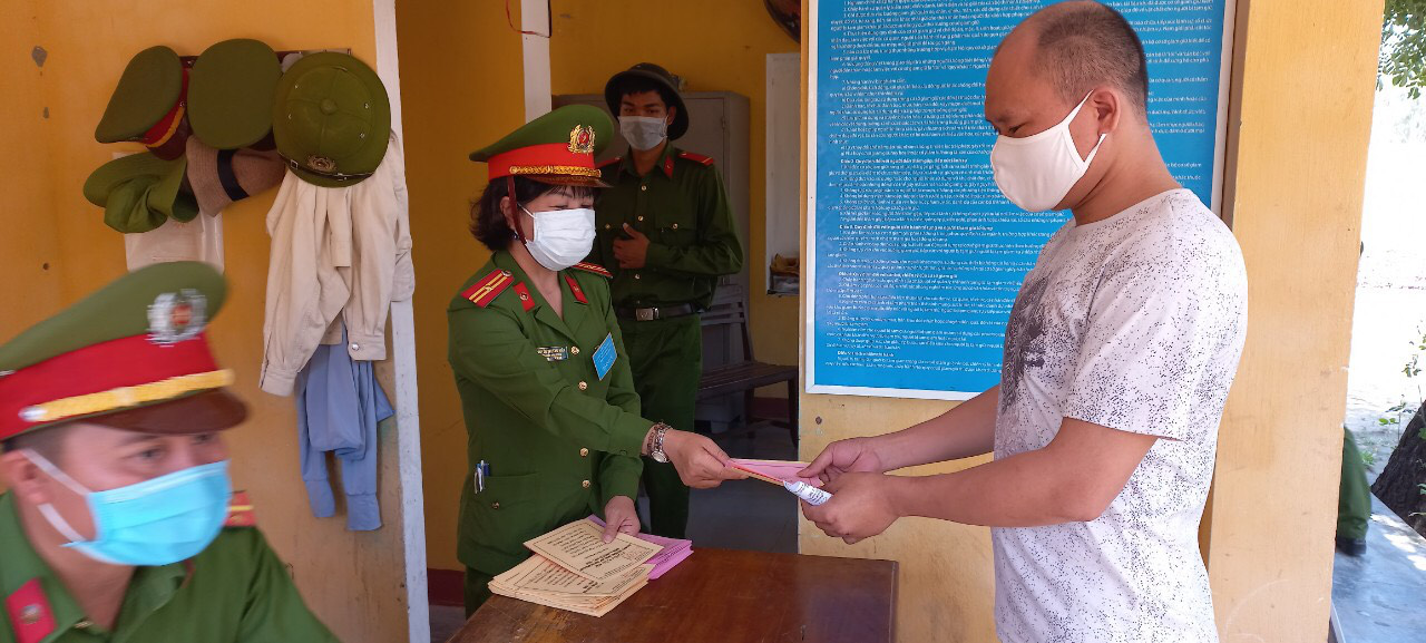 A detainee cast his vote at a detention center in Quang Nam Province, Vietnam, May 23, 2021. Photo: C.H. / Tuoi Tre