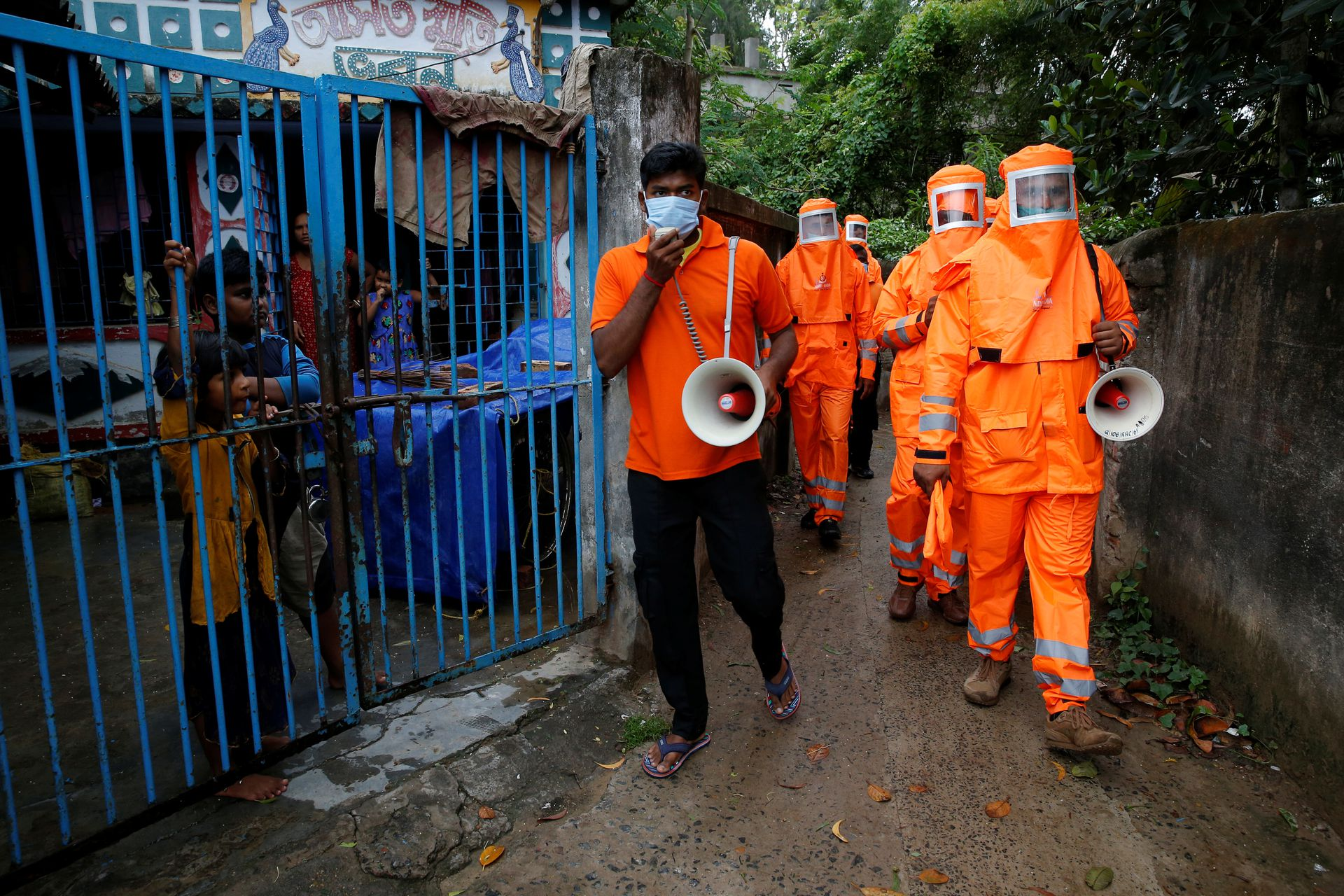 Members of the National Disaster Response Force (NDRF) use a megaphone to appeal to residents to move to safer place ahead of Cyclone Yaas at Digha in Purba Medinipur district in the eastern state of West Bengal, India, May 25, 2021. Photo: Reuters