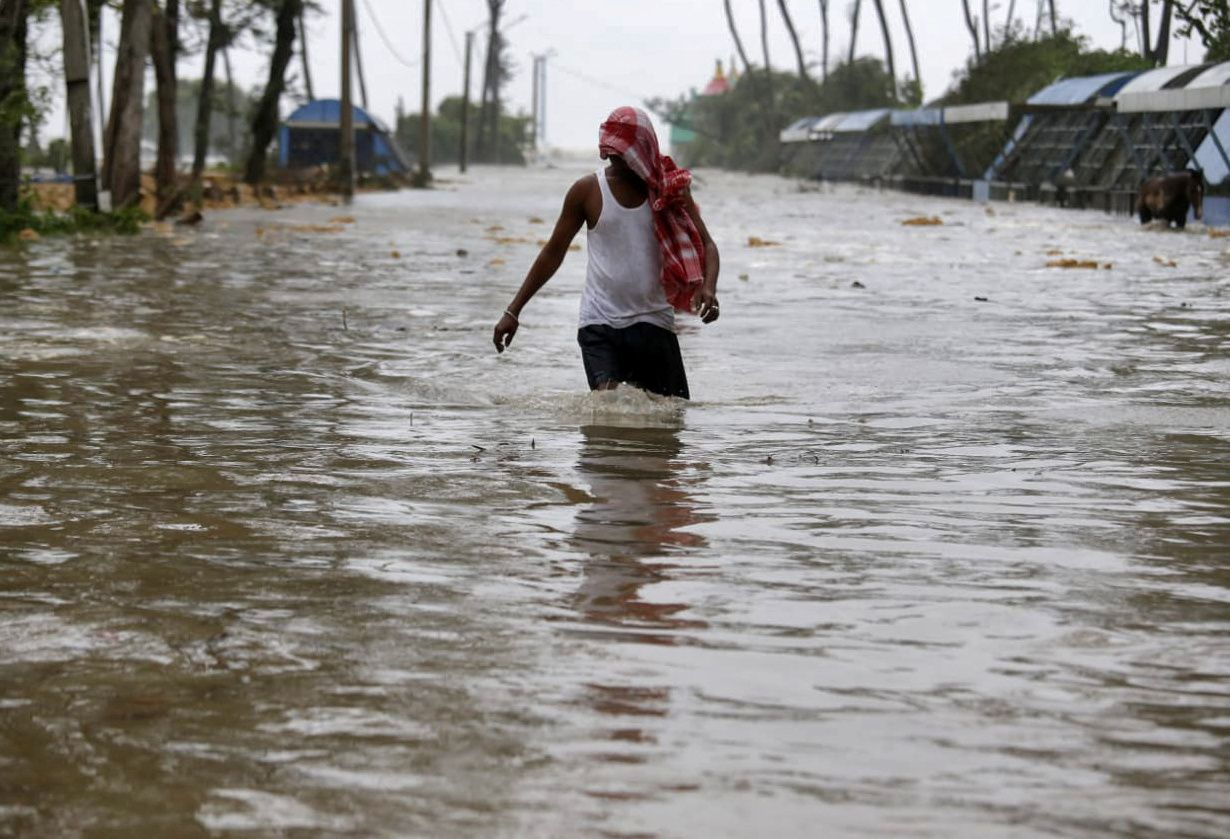 A man wades through a water-logged road after rains ahead of Cyclone Yaas at Digha in Purba Medinipur district in the eastern state of West Bengal, India, May 26, 2021. Photo: Reuters