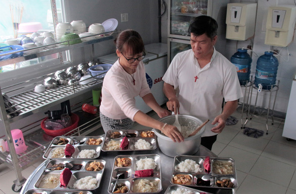 Meals are prepared by volunteers.  Each meal is prepared under strict dietary guidelines. – Photo: Cong Trieu/Tuoi Tre