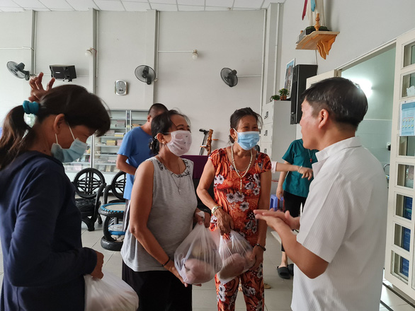 Residents living near Naza bring fruits for patients. – Photo: Cong Trieu/Tuoi Tre