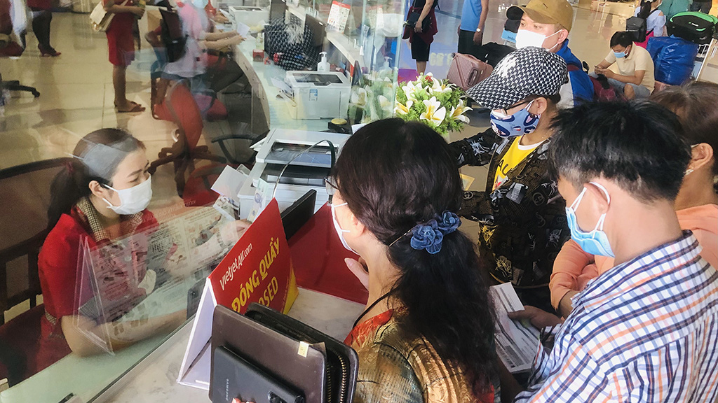 People rush to leave Ho Chi Minh City prior to social distancing period