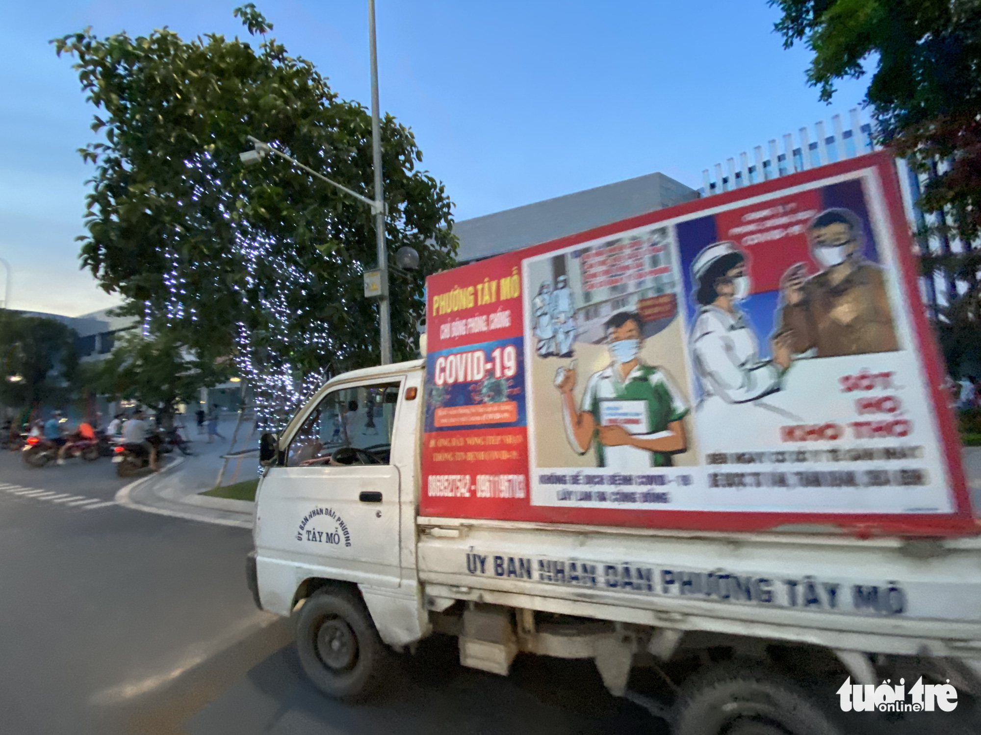 A minitruck of the People's Committee of Tay Mo Ward is seen on a street in Nam Tu Liem District, Hanoi, to broadcast messages of the prevailing gathering ban, May 30, 2021. Photo: Q.T. / Tuoi Tre