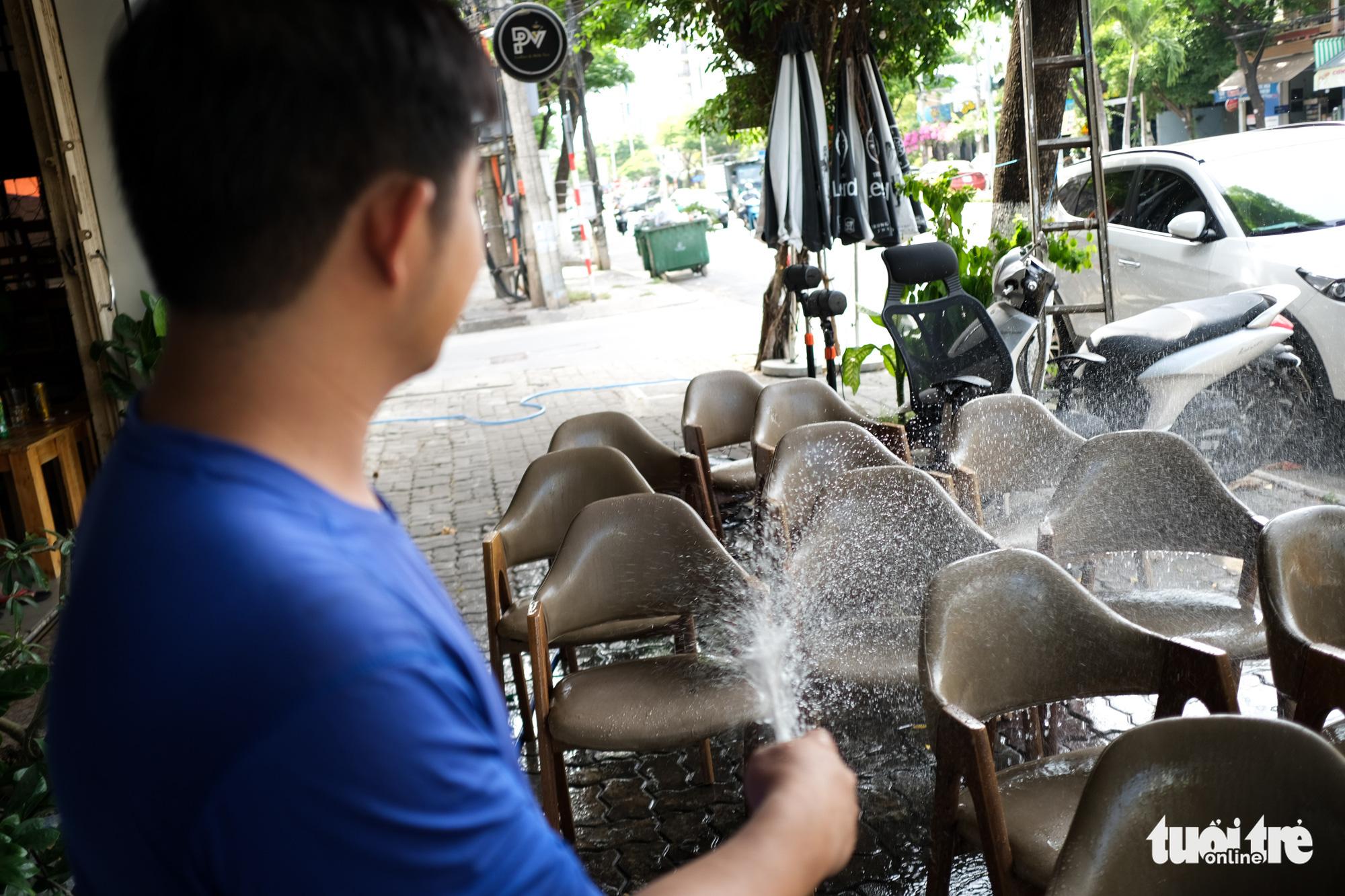Restaurants, cafés in Da Nang resume sit-down service