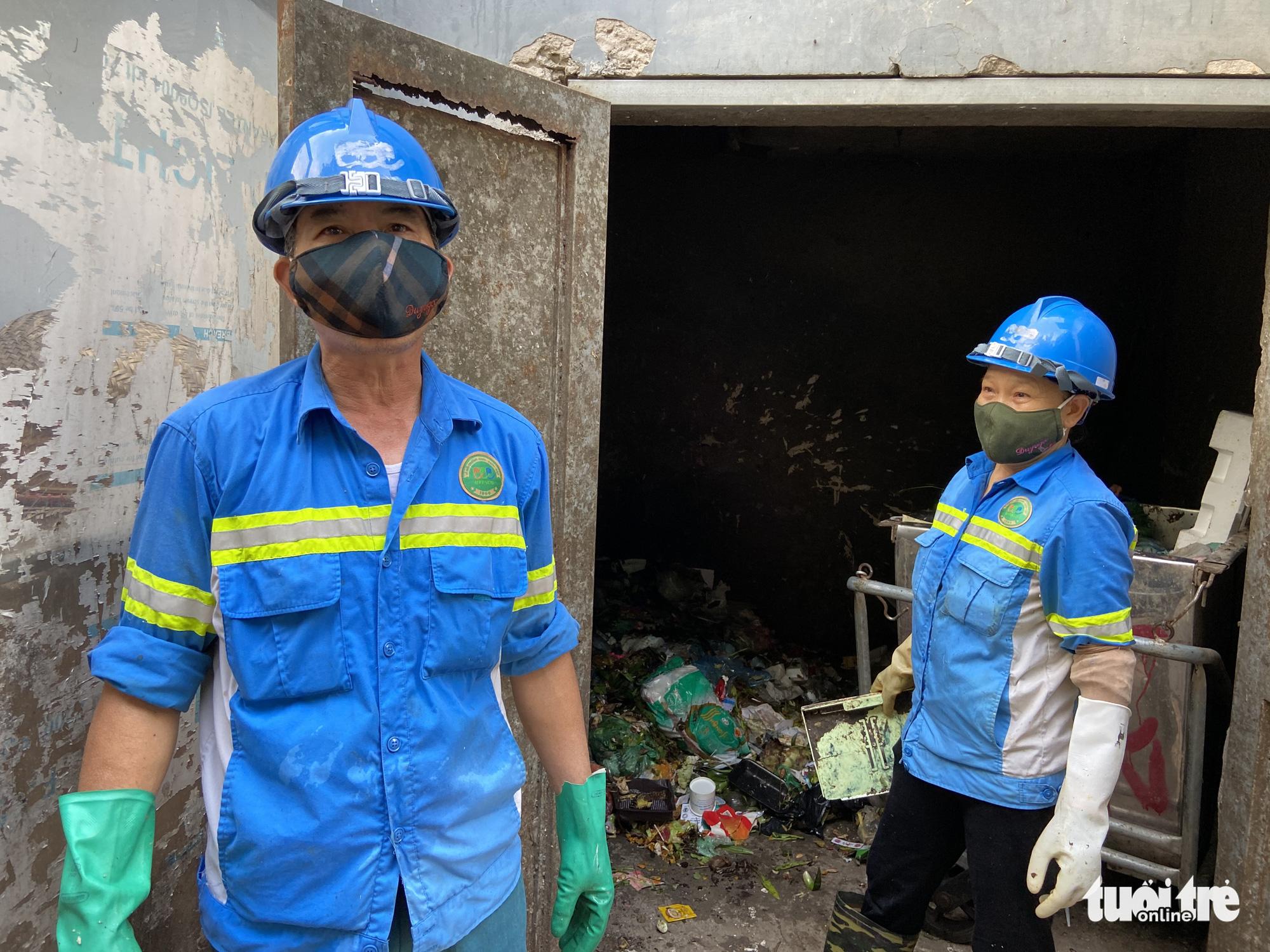Trash collectors collect garbage in Nam Tu Liem District, Hanoi. Photo: Quang The / Tuoi Tre
