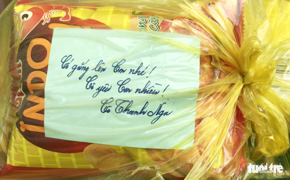 A label with uplifting message is attached to a care package. Photo: Van Sang / Tuoi Tre