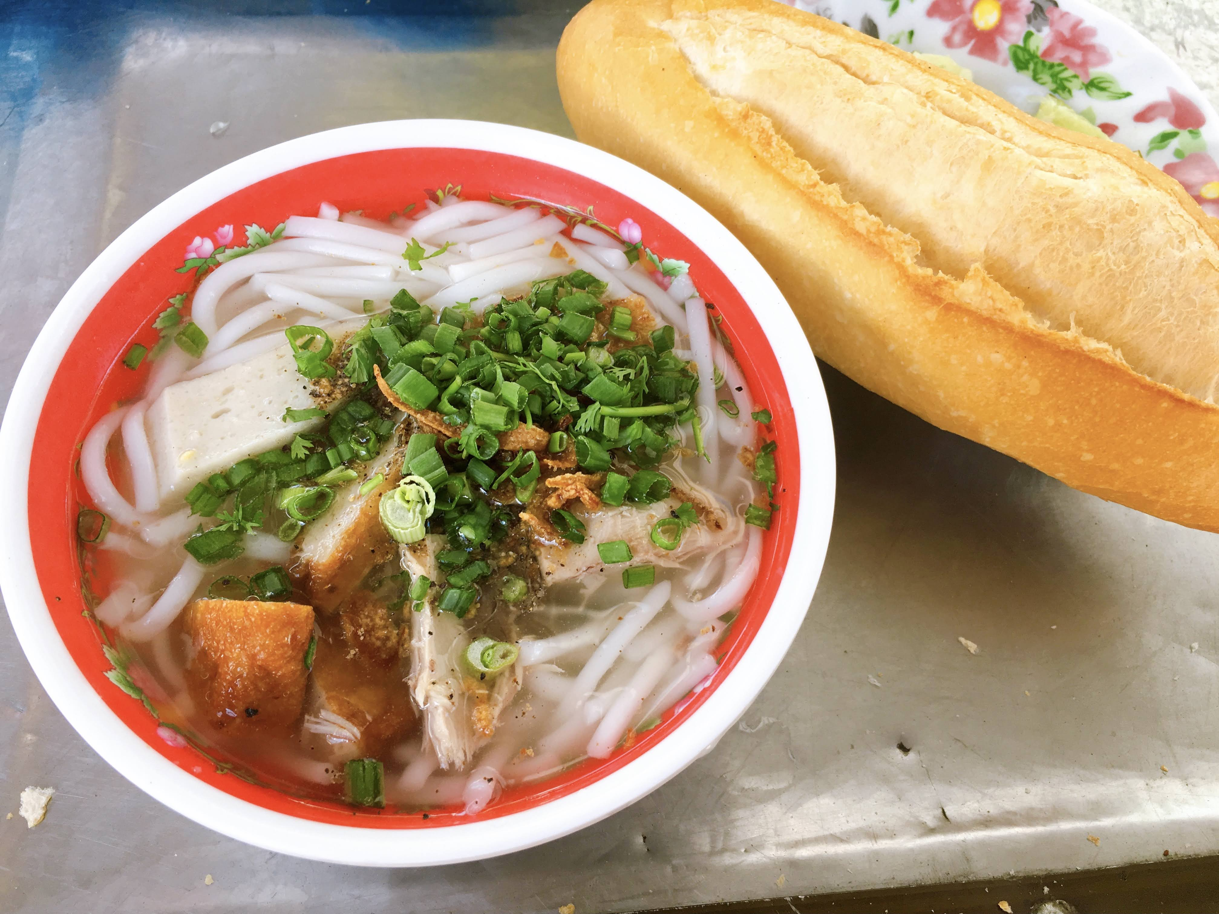 Sometimes diners also like to enjoy their bowl of banh canh Phan Rang with a loaf of banh mi. Photo: Dong Nguyen / Tuoi Tre News