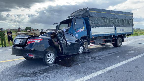 Head-on collision between truck and sedan kills three in Vietnam