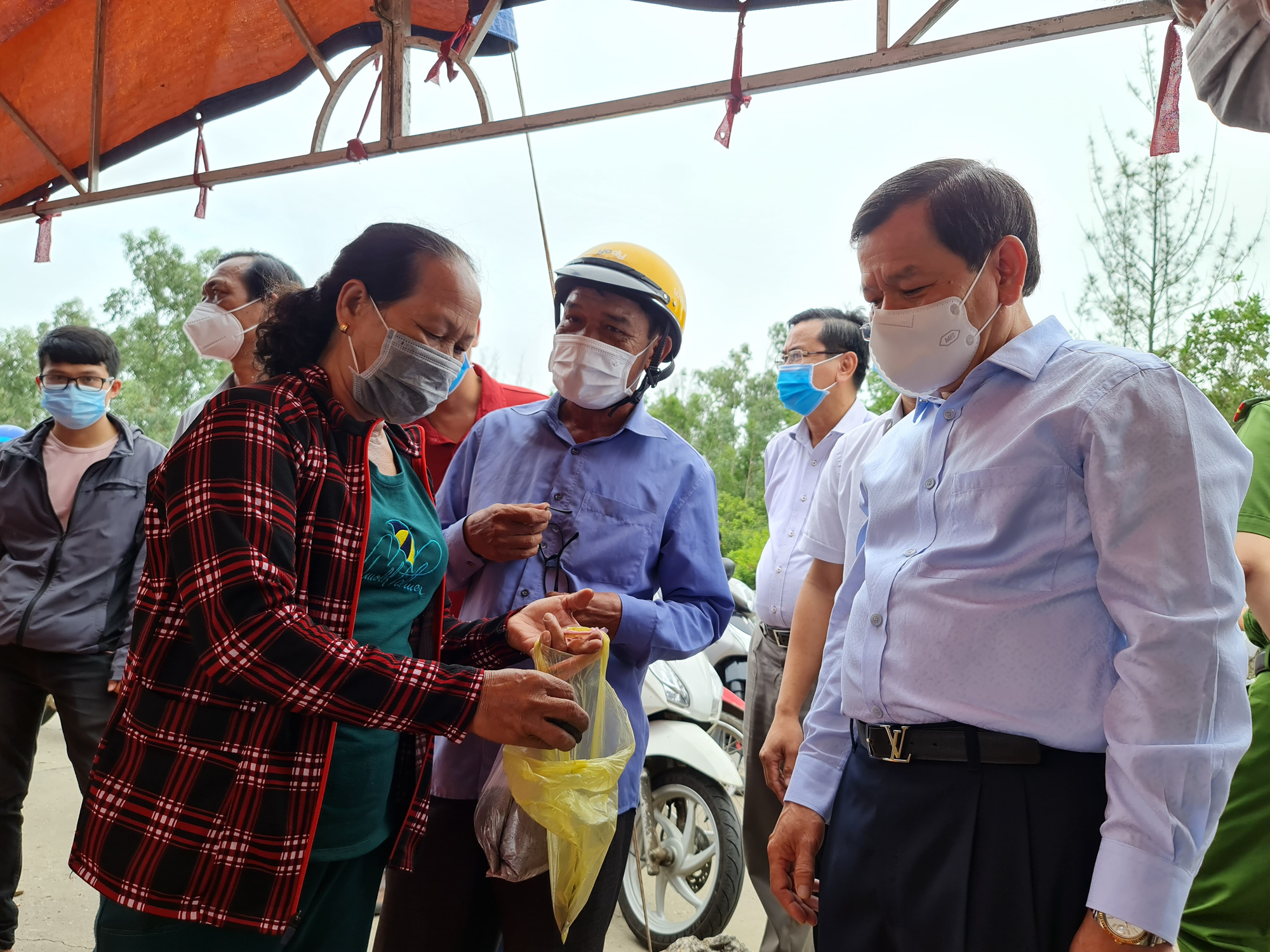 Chairman of the Quang Ngai People's Committee Dang Van Minh meet with local residents on June 12, 2021. Photo: Tran Mai / Tuoi Tre