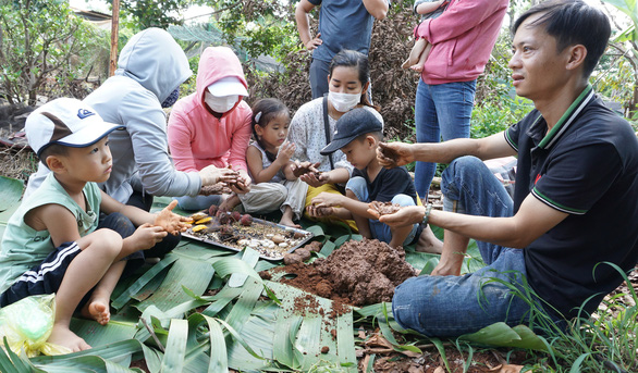 Young people and children learn how to make a seed bomb. Photo: Khoi Minh/Tuoi Tre