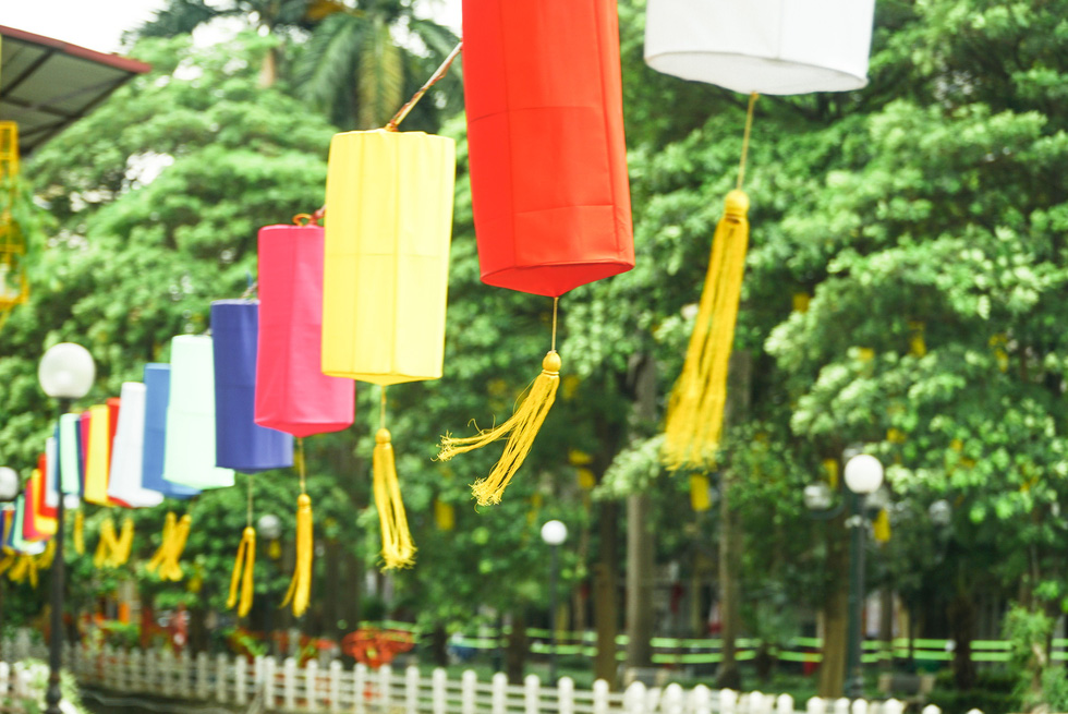 Colorful lanterns at the glammed-up promenade of Truc Bach Lake, Ba Dinh District, Hanoi. Photo: Nguyen Hien / Tuoi Tre