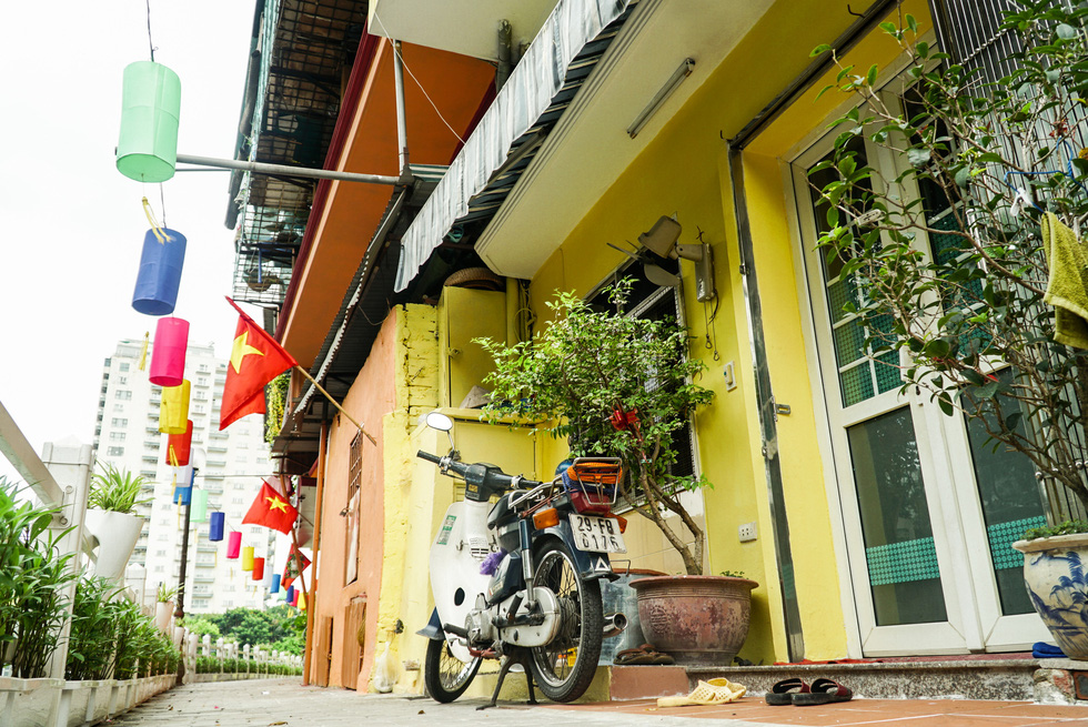Houses are painted in vibrant colors at the glammed-up promenade of Truc Bach Lake, Ba Dinh District, Hanoi. Photo: Nguyen Hien / Tuoi Tre