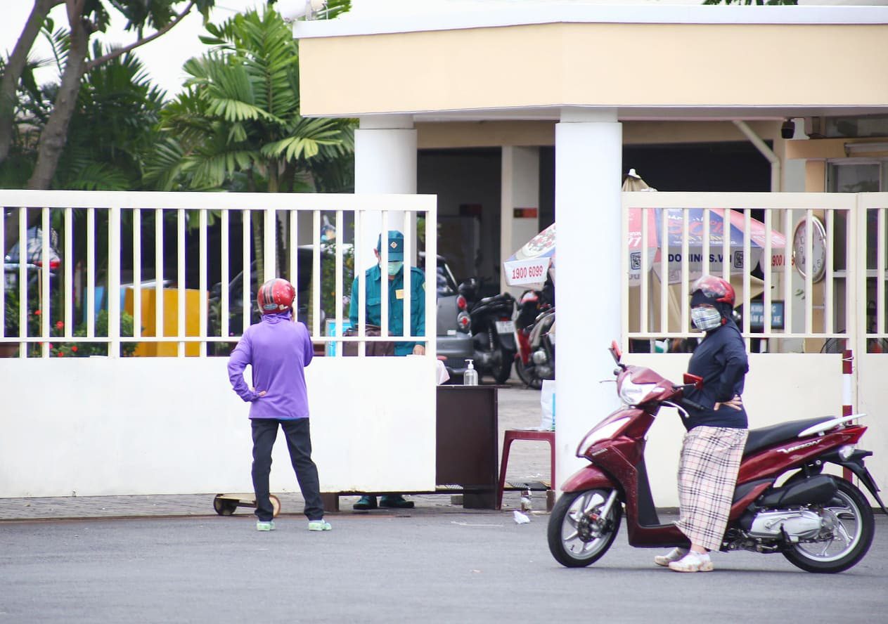 People are restricted from entering the headquarters of the People's Committee in District 7, Ho Chi Minh City, June 17, 2021. Photo: Nhat Thinh / Tuoi Tre