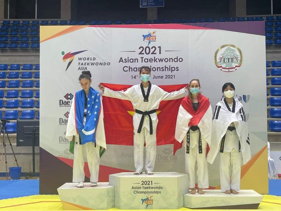 Vietnamese martial artist Truong Thi Kim Tuyen (second left) and other athletes on the podium during the medal ceremony at the 2021 Asian Taekwondo Championships in Lebanon. Photo: Vu Xuan Thanh / Tuoi Tre