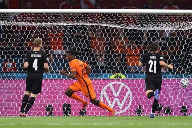 Netherlands' Denzel Dumfries celebrates scoring their second goal against Austria, June 17, 2021. Photo: Reuters
