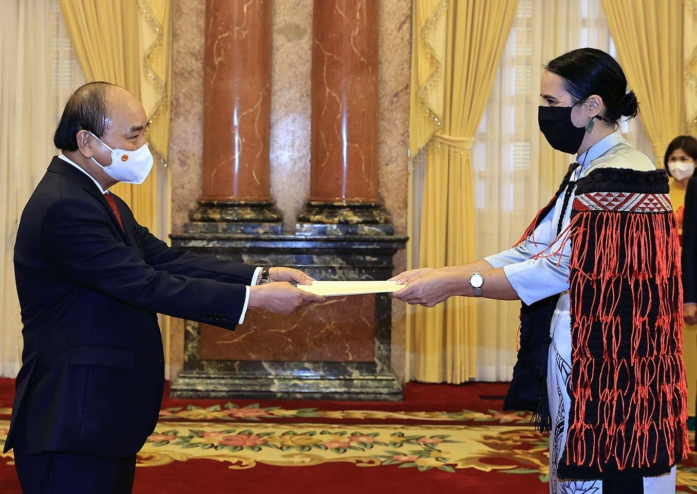 Vietnamese President Nguyen Xuan Phuc receives the letter of credence from the Ambassador of New Zealand Tredene Dobson on June 16,2021. Photo: Vietnam News Agency