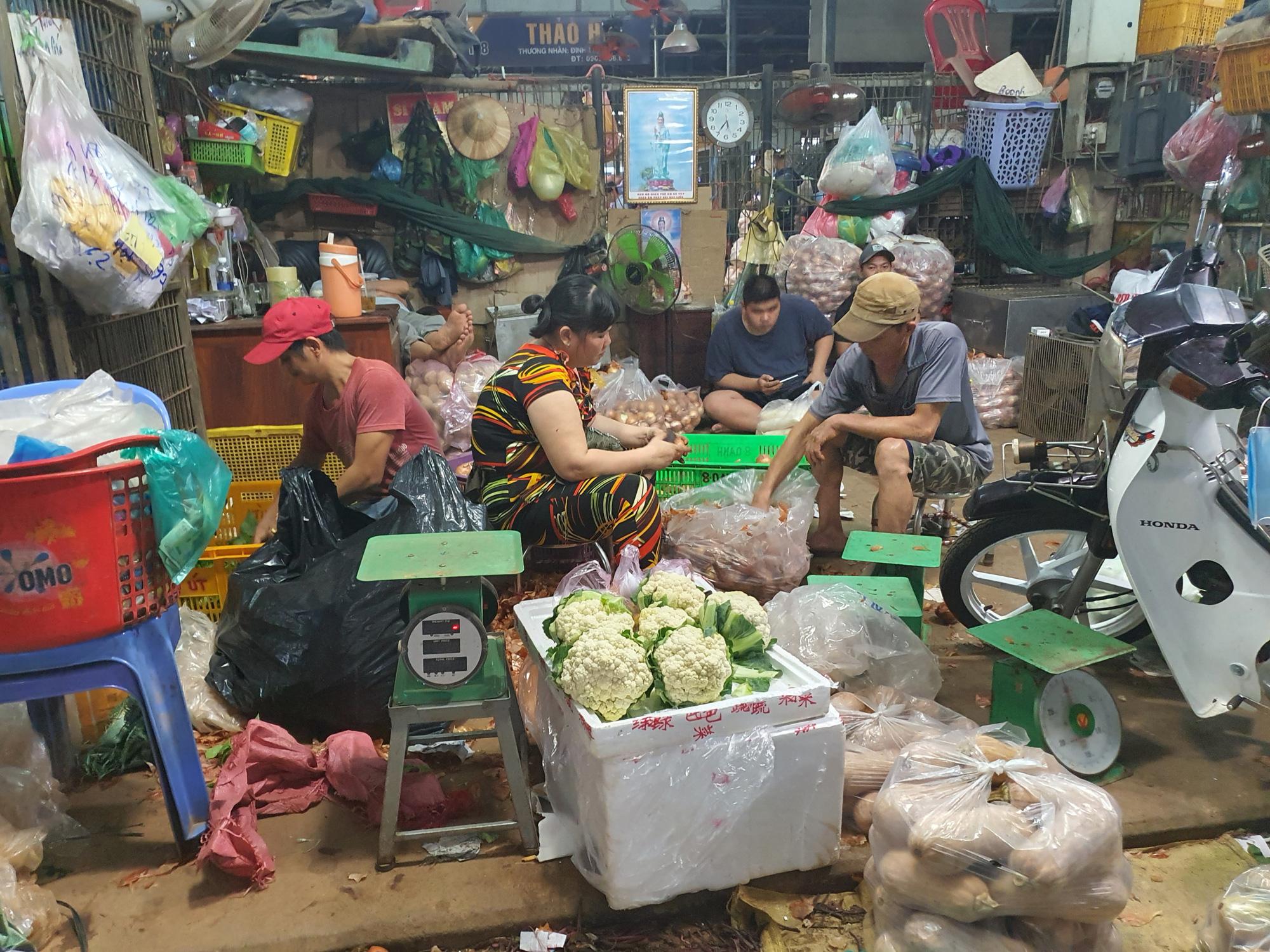Porter at Saigon's largest wholesale market has positive rapid COVID-19 test result