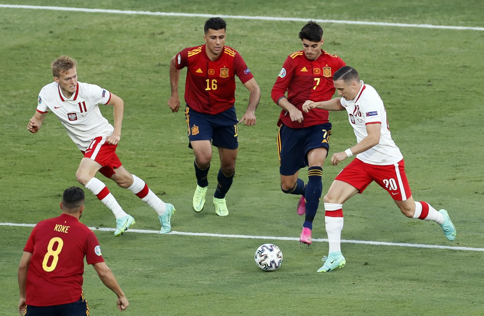 Wasteful Spain held by Poland, face crunch final group game