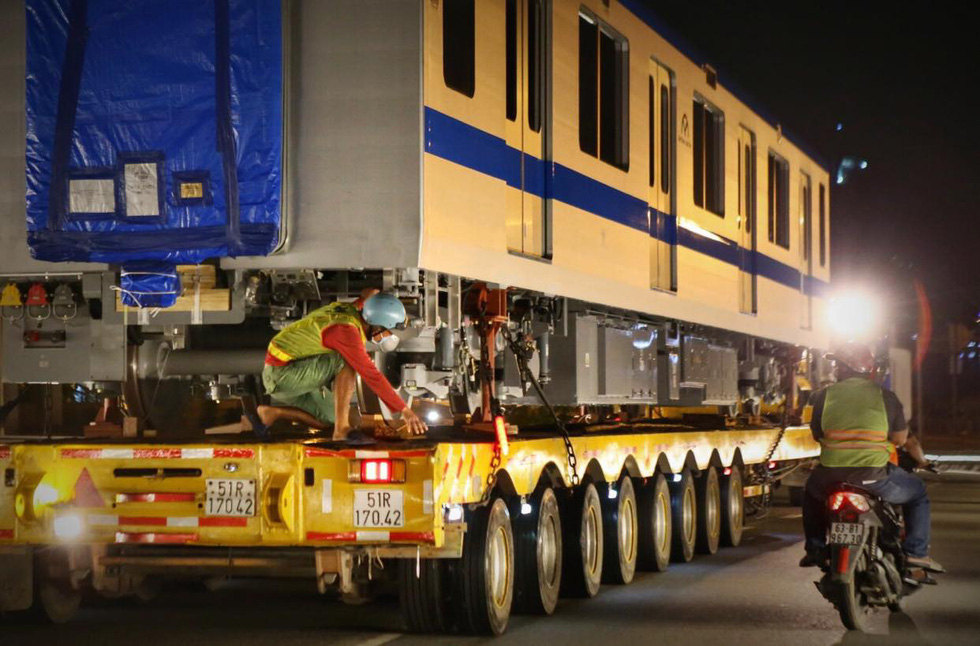A longer and heavier vehicle carries a carriage of the fourth train for Ho Chi Minh City's metro line No. 1 to the Long Binh Depot in Thu Duc City, June 21, 2021. Photo: Nhat Thinh / Tuoi Tre