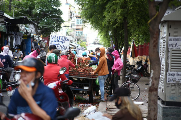 Defying COVID-19 ban, makeshift markets in Ho Chi Minh City stay open, crowded