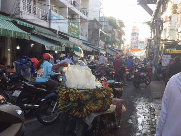 Buyers and sellers gather at the surrounding of Ba Chieu Market, Binh Thanh District, Ho Chi Minh City, June 20, 2021. Photo: Thuy Duong / Tuoi Tre