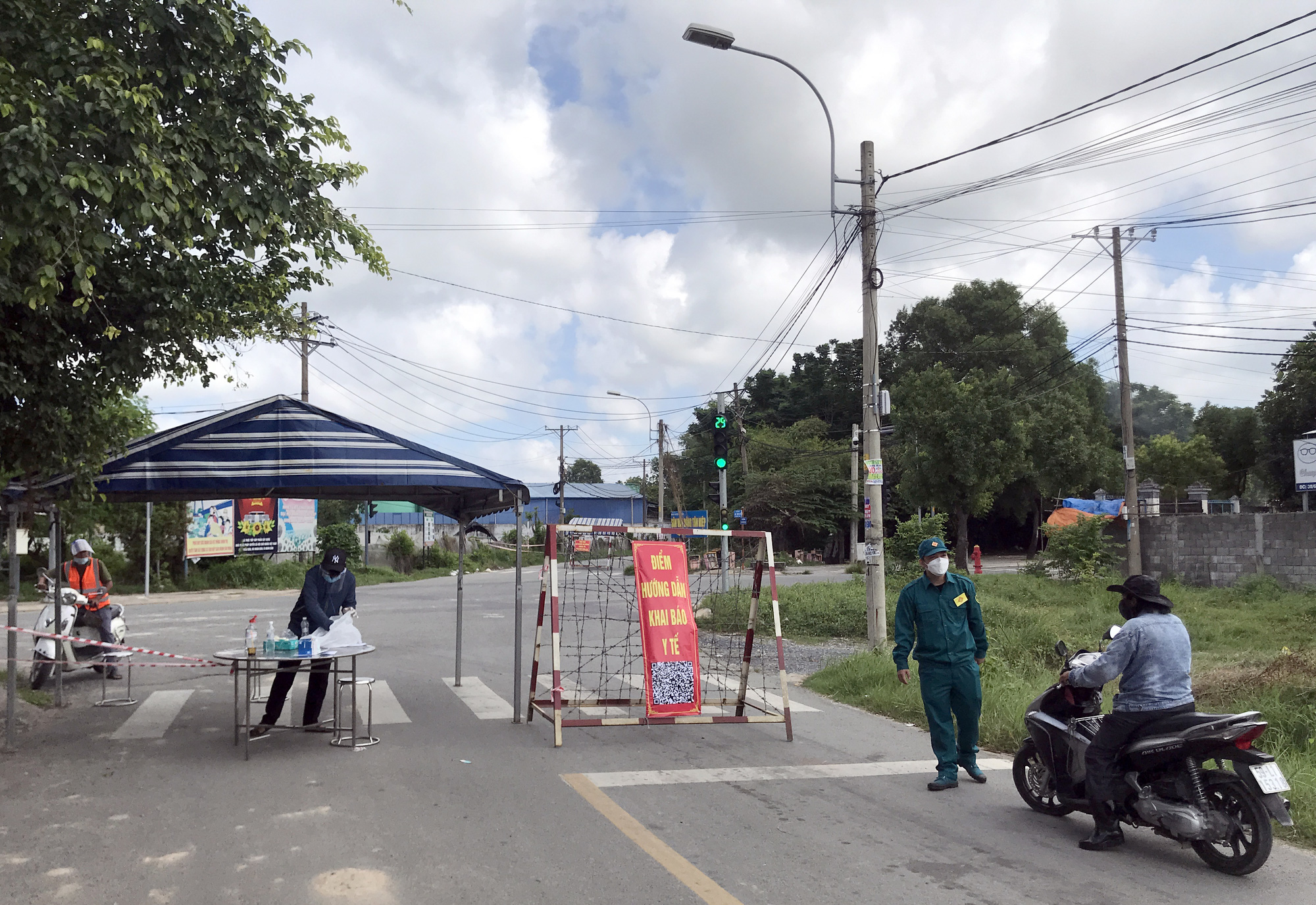 A checkpoint at a locked down area in Hoc Mon District, Ho Chi Minh City, June 20, 2021. Photo: Le Phan / Tuoi Tre