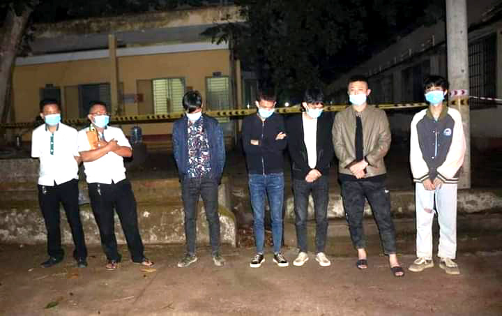 Two Vietnamese taxi drivers (left) and five Chinese people are caught in a border jumping case in Binh Phuoc Province, Vietnam. Photo: V.T. / Tuoi Tre