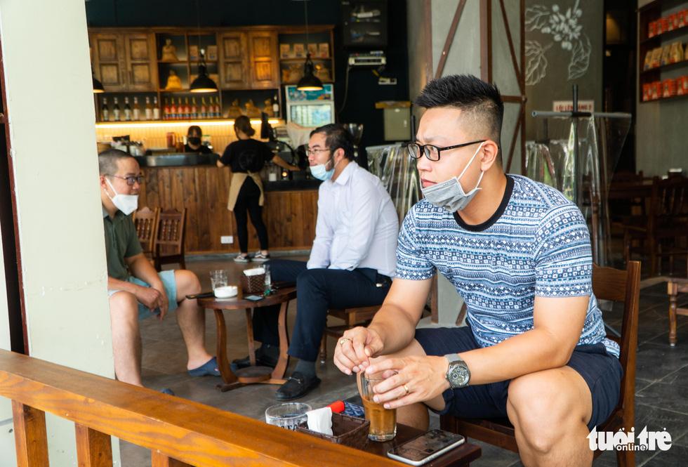 Hanoi residents enjoy drinks at a coffee shop, June 22, 2021. Photo: Pham Tuan / Tuoi Tre