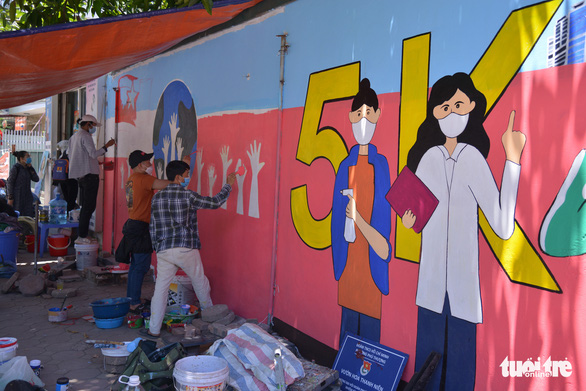 On this mural, the 5K message conveying Ministry of Health's advice and warnings against COVID-19 is visualized. Photo: Ha Quan/Tuoi Tre