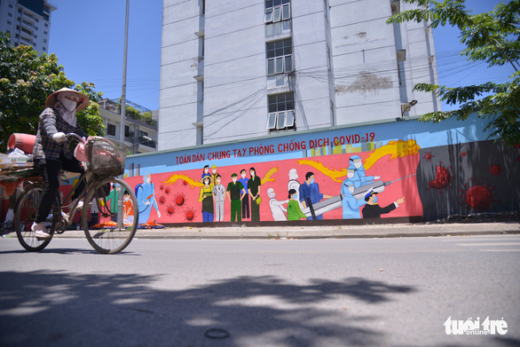 The mural delivers a message hailing social solidarity to fight against COVID-19. – Photo: Ha Quan/Tuoi Tre