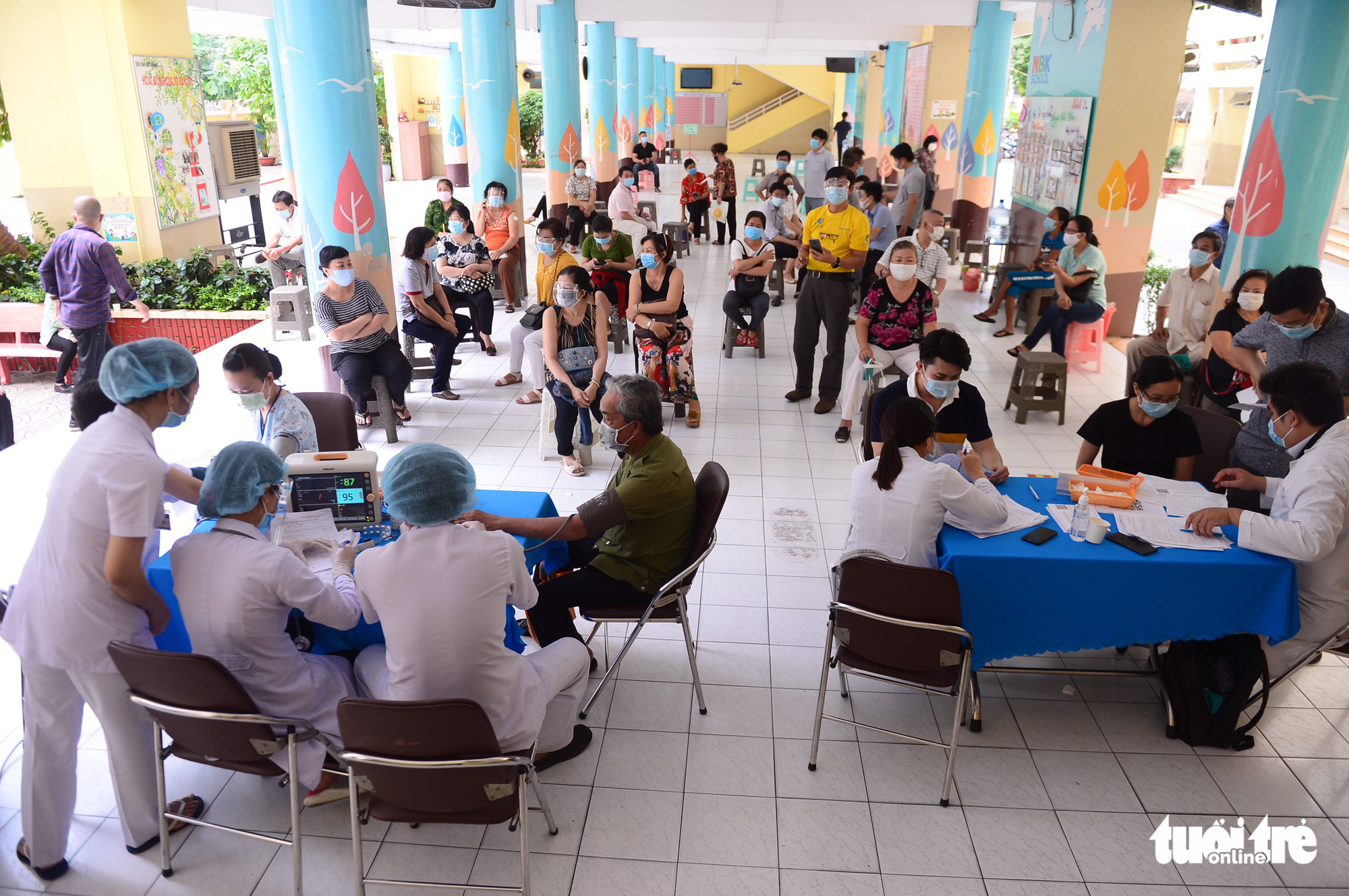 People wait for COVID-19 injection at a vaccination site at Nguyen Binh Khiem Elementary School in District 1, Ho Chi Minh City, June 22, 2021. Photo: Quang Dinh / Tuoi Tre