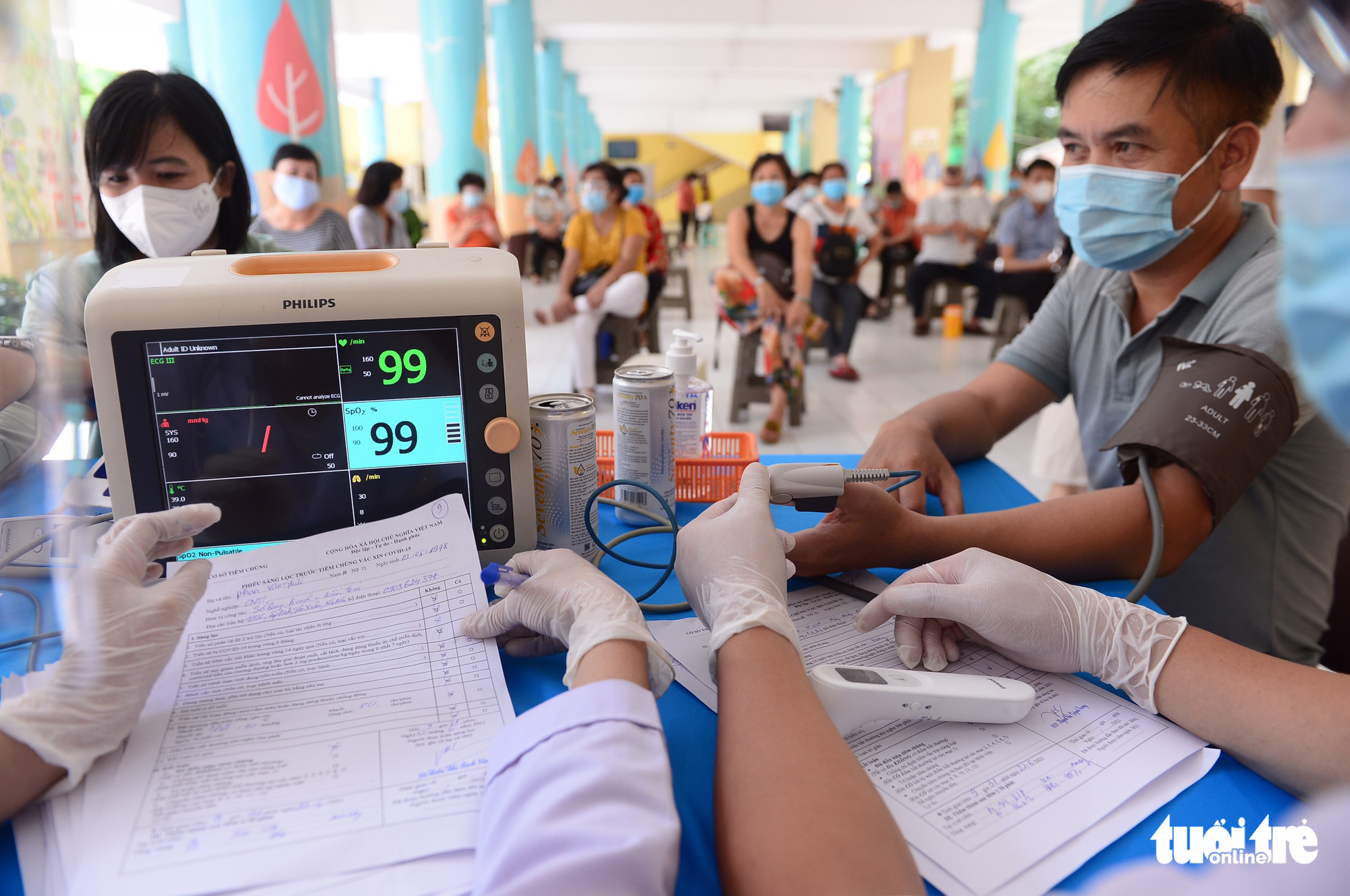 People have their heart rate measured before COVID-19 injection at a vaccination site at Nguyen Binh Khiem Elementary School in District 1, Ho Chi Minh City, June 22, 2021. Photo: Quang Dinh / Tuoi Tre