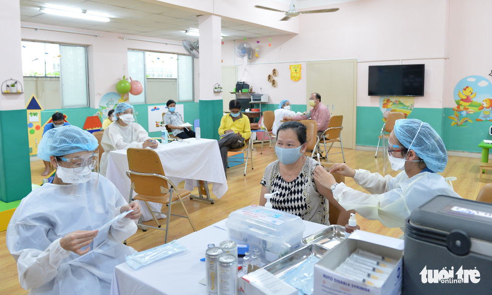 People get COVID-19 injection at a vaccination site at 19/5 Kindergarten in District 1, Ho Chi Minh City, June 22, 2021. Photo: Tu Trung / Tuoi Tre