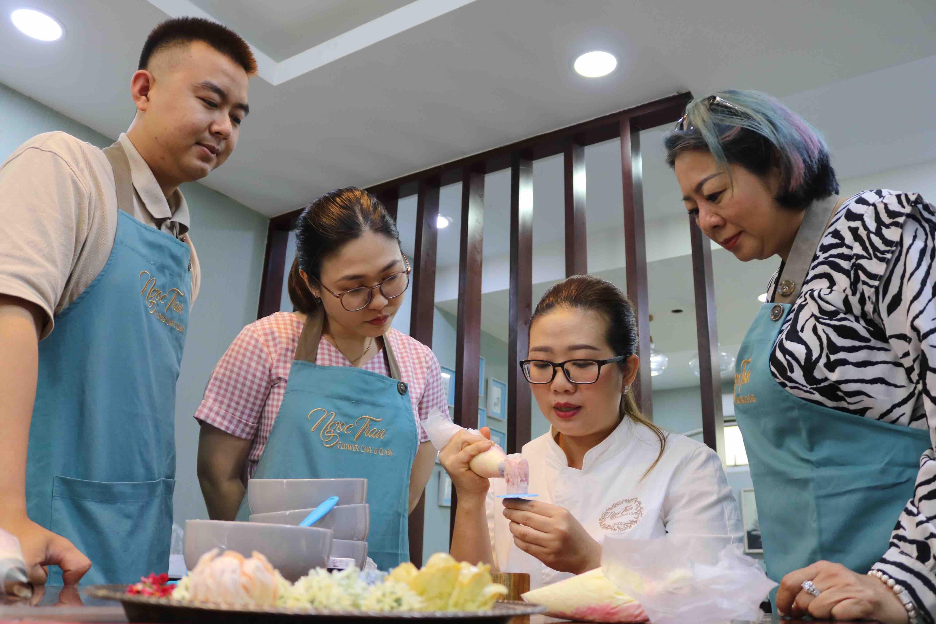 Lam Ngoc Tran teaches cake decorating at a workshop in Ho Chi Minh City. Photo: Hoang An / Tuoi Tre