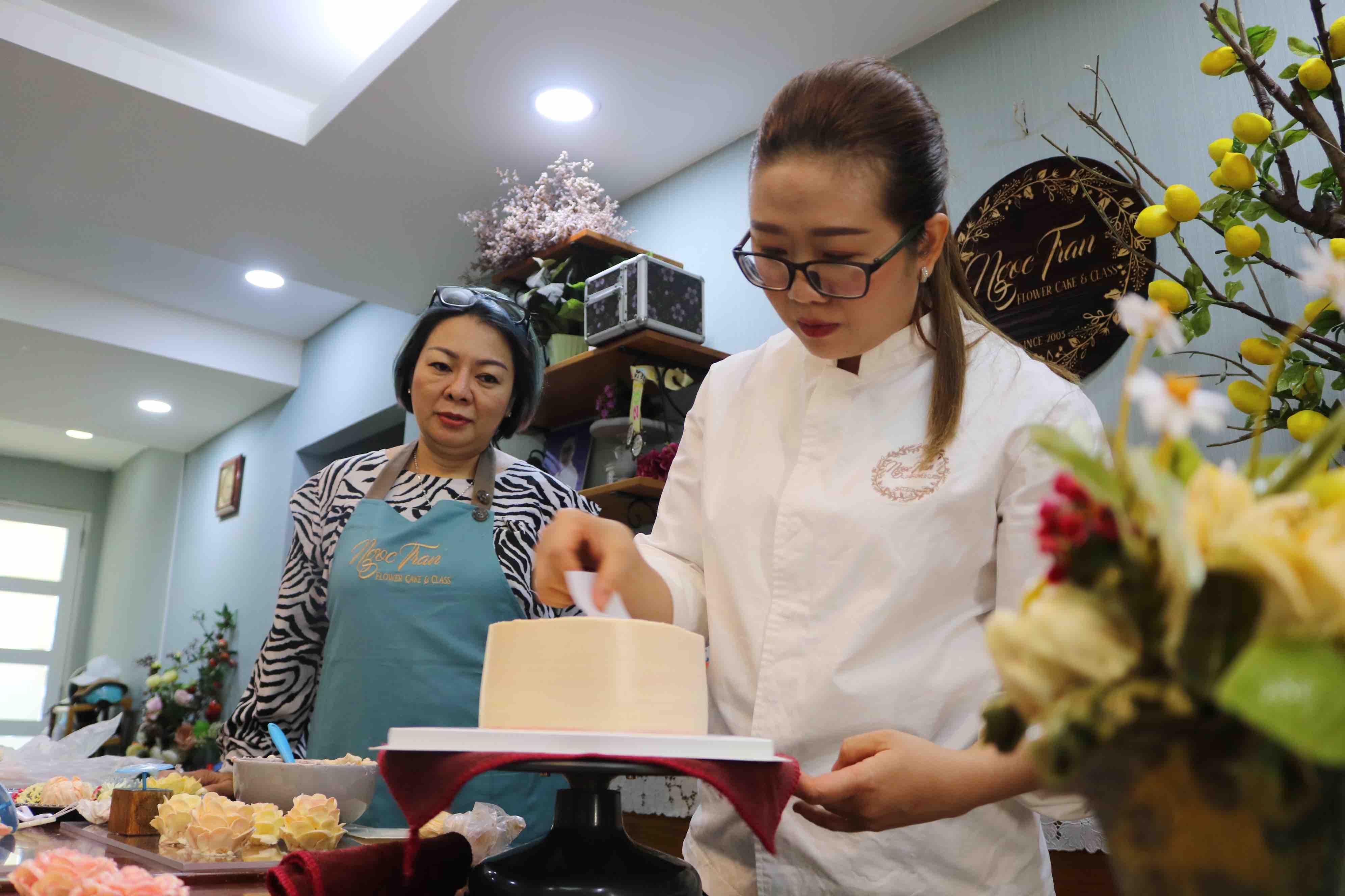 Tran molds buttercream into a beautifully designed cake. Photo: Hoang An / Tuoi Tre