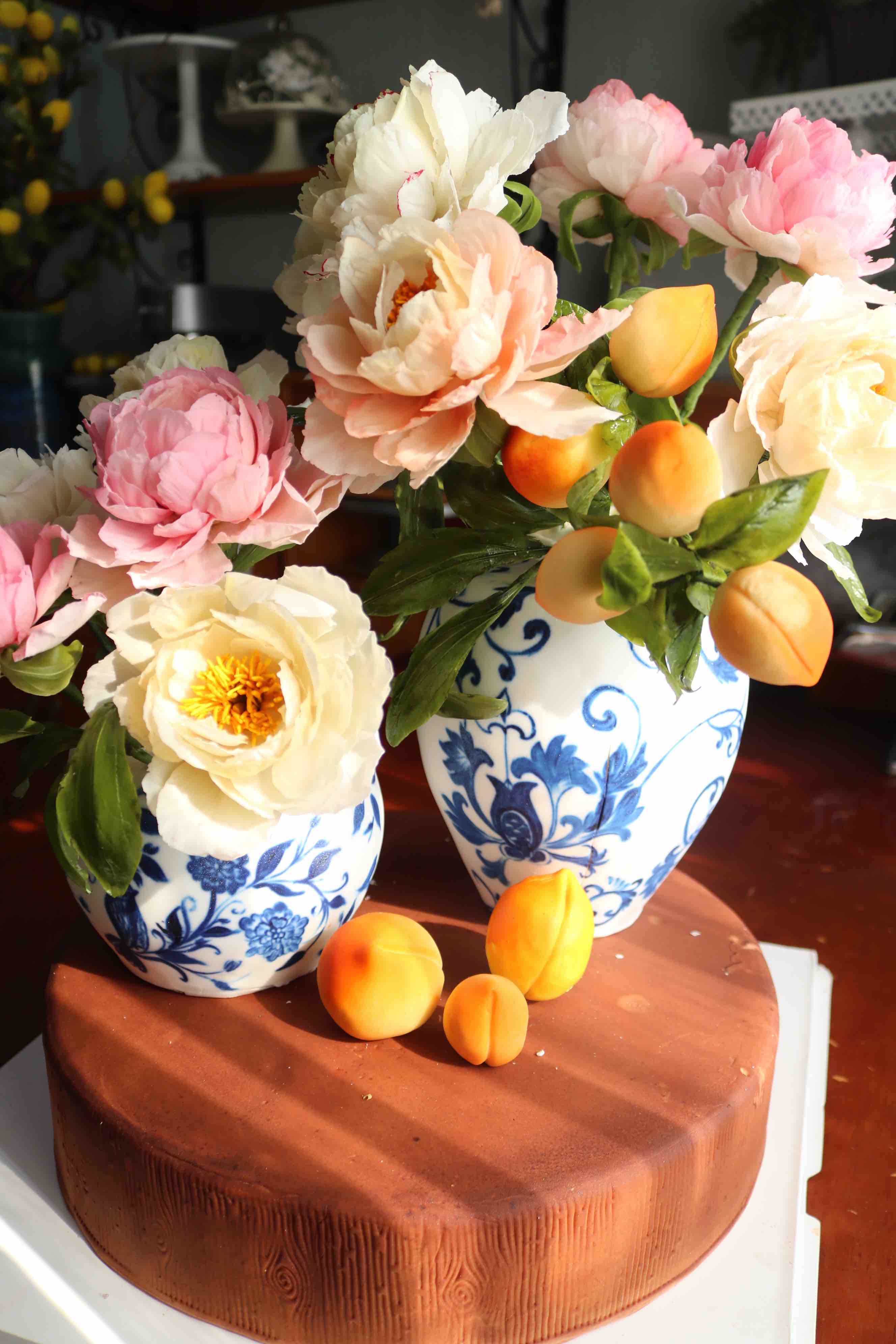 An edible flower vase cake made by Lam Ngoc Tran. Photo: Hoang An / Tuoi Tre