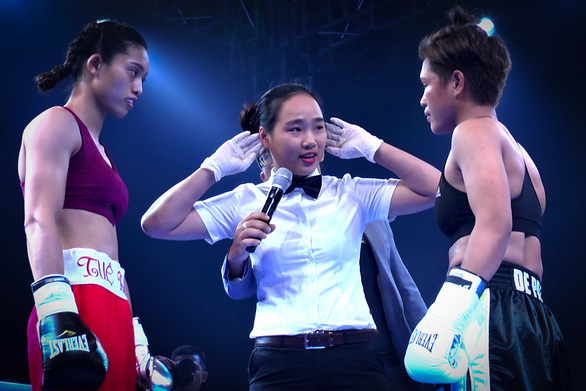 Bui Thi Nhat Le (center) officiates a match at the Open International Boxing Tournament, also known as the 2019 Victory 8. Photo: Hoang Tung / Tuoi Tre