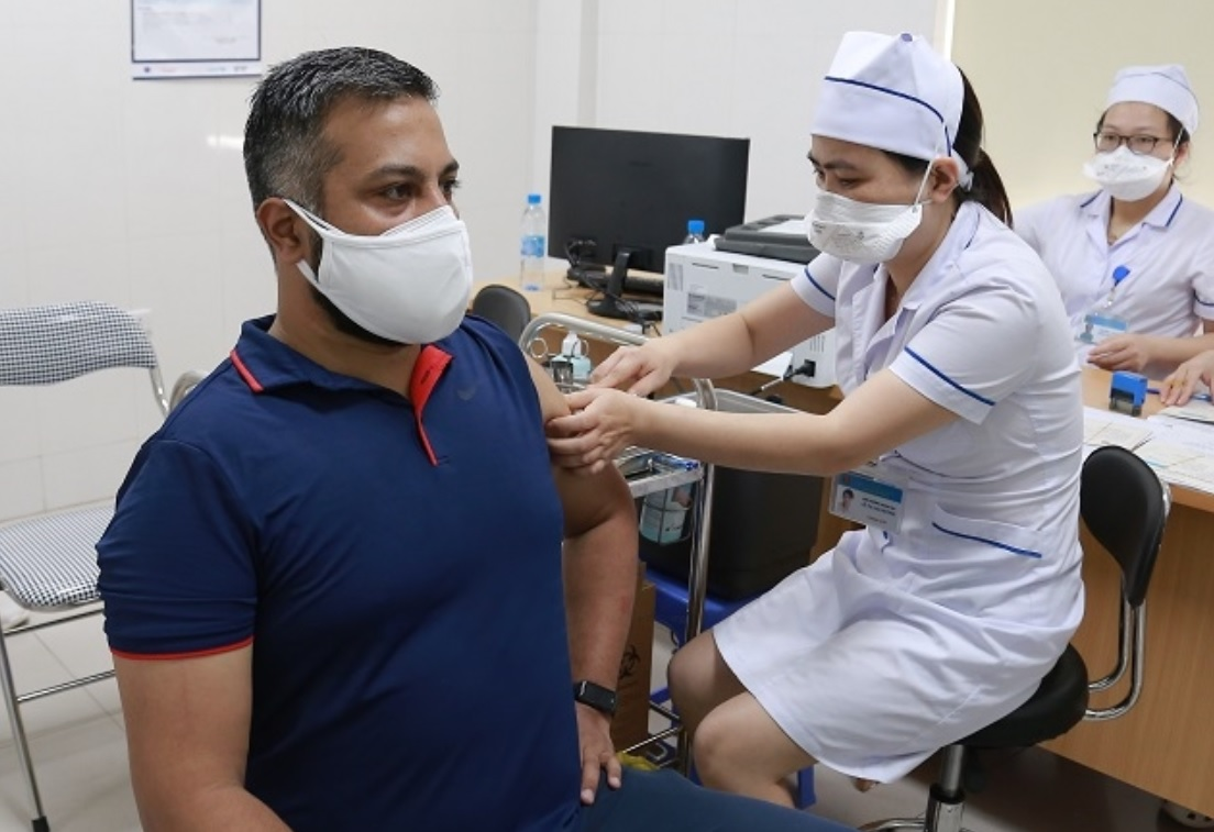 Foreign reporters, press assistants in Vietnam get COVID-19 vaccination