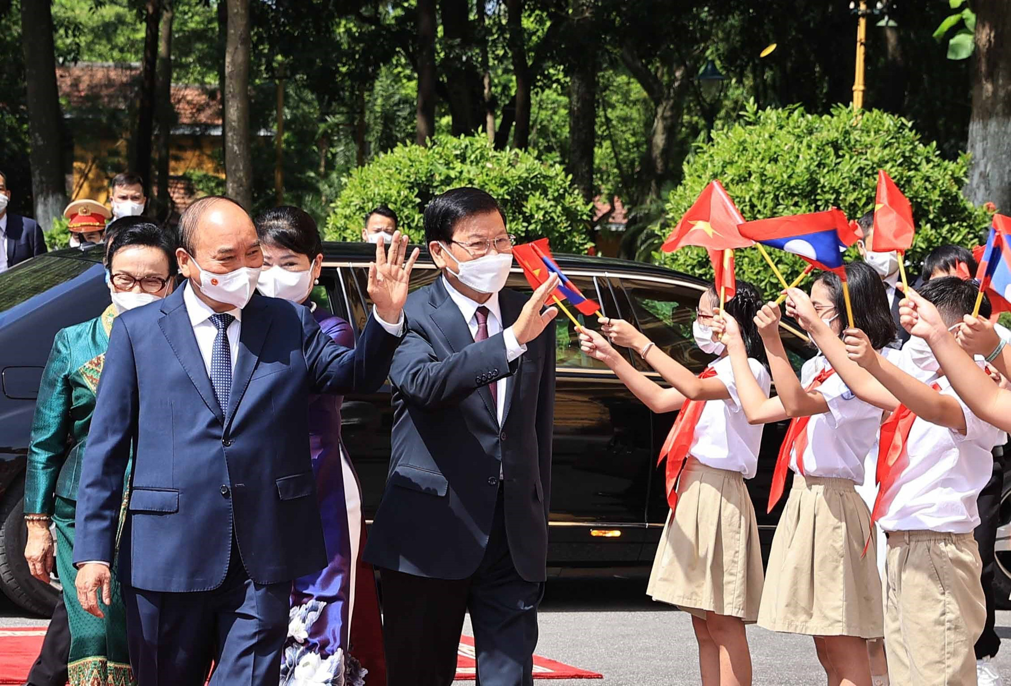 Party General Secretary and President of Laos Thongloun Sisoulith (L) is officially welcomed by Vietnamese State President Nguyen Xuan Phuc in Hanoi, June 28, 2021. Photo: Vietnam News Agency