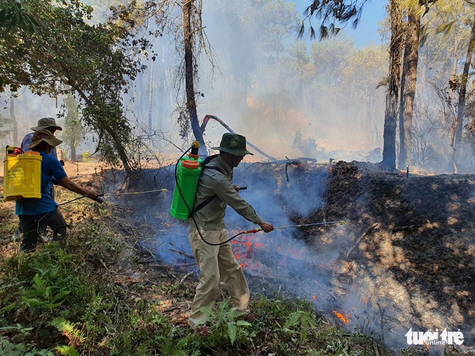 Rangers spray fire retardant to block the spread of a forest fire in Huong Thuy Town, Thua Thien-Hue Province, Vietnam, June 28, 2021. Photo: Phuoc Tuan / Tuoi Tre