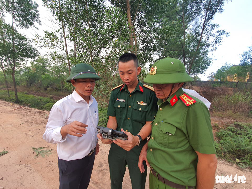 Thua Thien-Hue Province's chairman Nguyen Van Phuong (left) at the scene of a forest fire in Huong Thuy Town, Thua Thien-Hue Province, Vietnam, June 28, 2021. Photo: Phuoc Tuan / Tuoi Tre