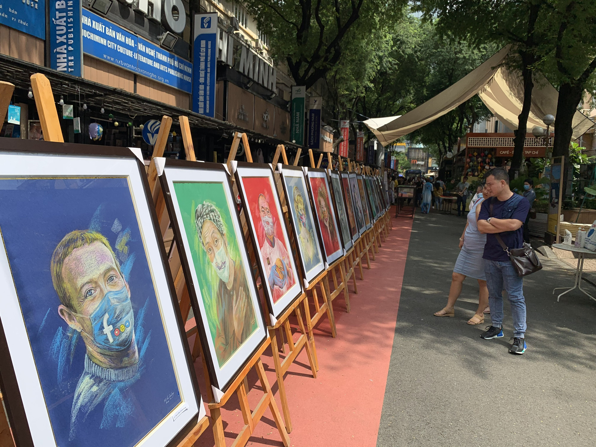 "Solo exhibition ""Khau trang va nguoi noi tieng"" (Celebrities and face masks) features caricatures of famous figures in face masks."