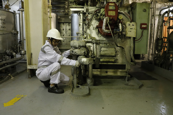 Hoai Thuong operates an oven to fire garbage on the ship. Photo: THY HUE / Tuoi Tre
