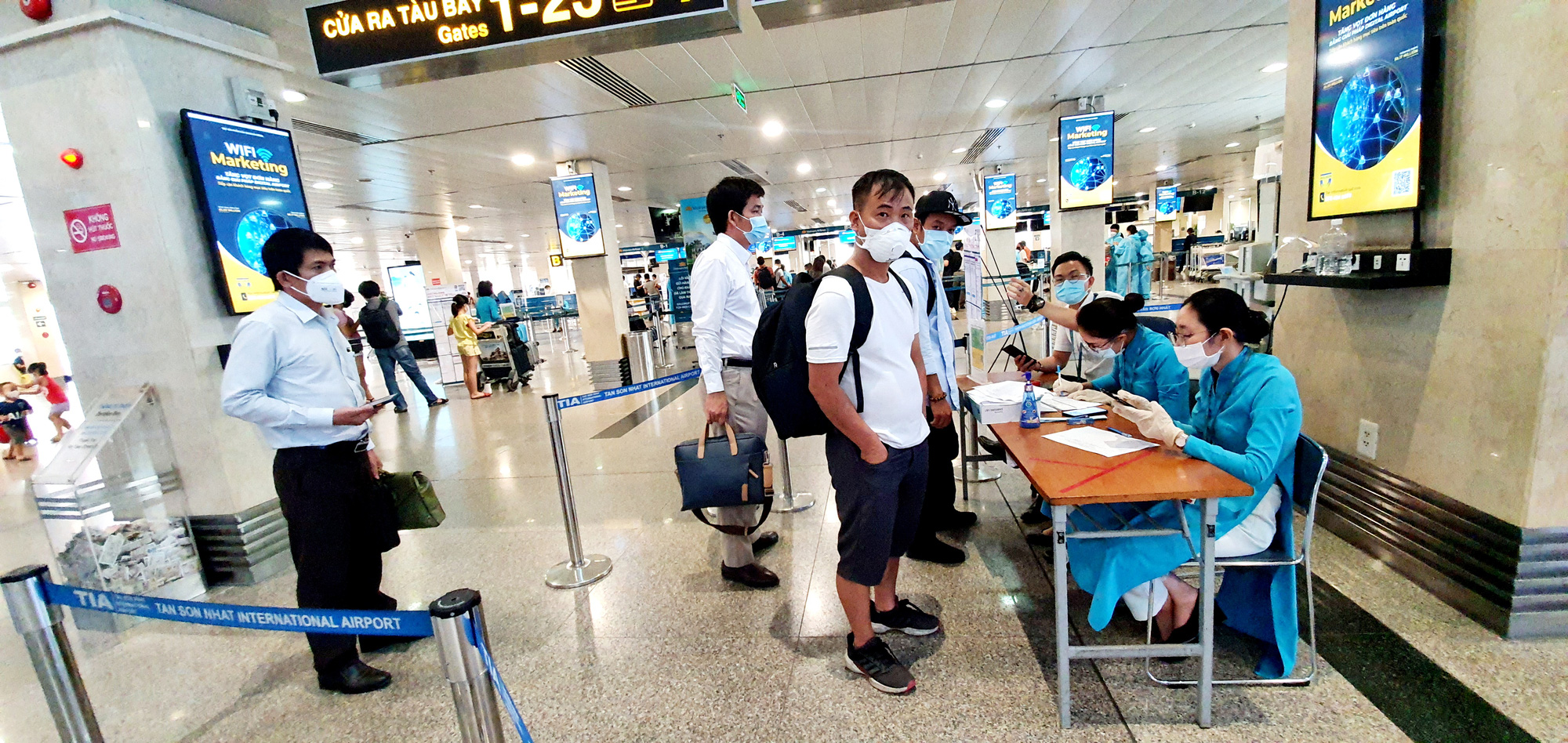 Passengers perform health declaration at a Vietnam Airlines desk at Tan Son Nhat International Airport in Ho Chi Minh City, July 1, 2021. Photo: C. Trung / Tuoi Tre