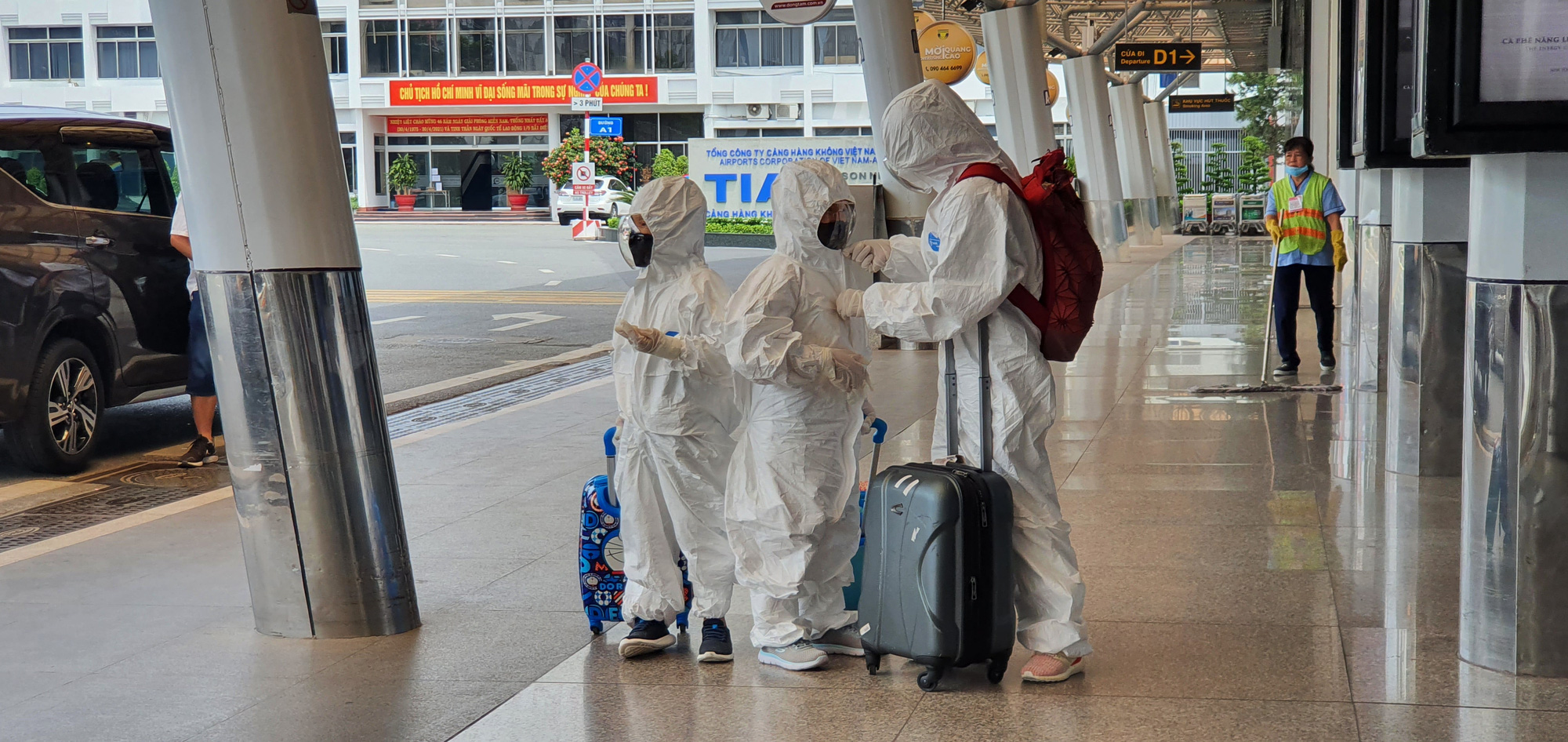 A group of passengers wear protective gears from top to toe at Tan Son Nhat International Airport in Ho Chi Minh City, July 1, 2021. Photo: C. Trung / Tuoi Tre