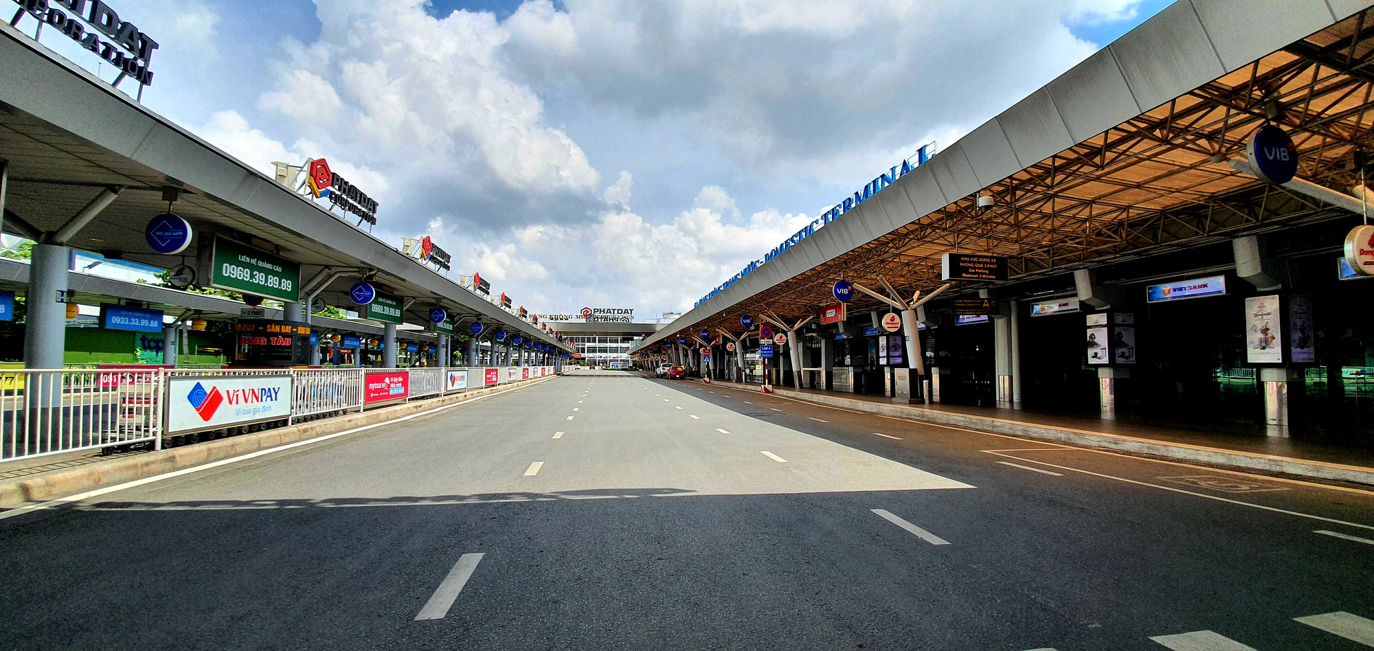 Lanes for private vehicles to pick up passengers remain empty at Tan Son Nhat International Airport in Ho Chi Minh City, July 1, 2021. Photo: C. Trung / Tuoi Tre
