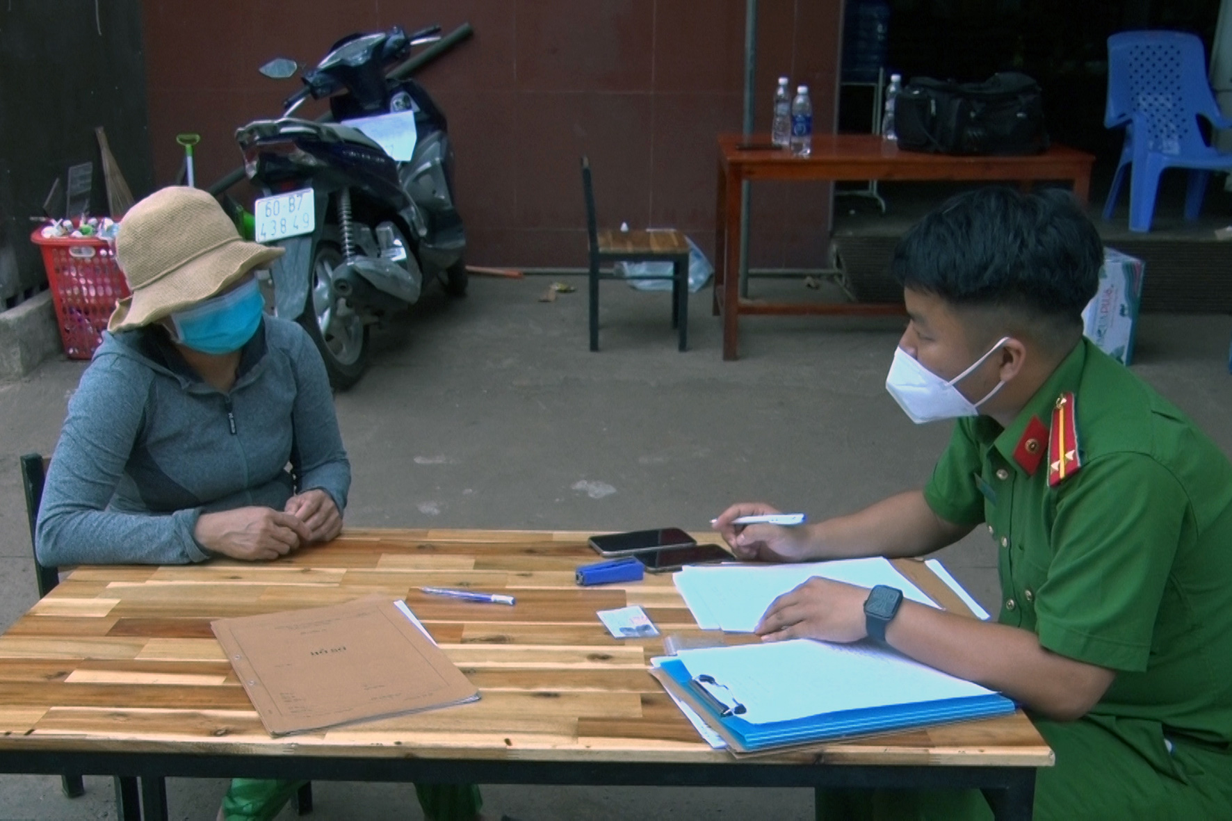 Two women fined for insulting officers at COVID-19 checkpoints in southern Vietnam