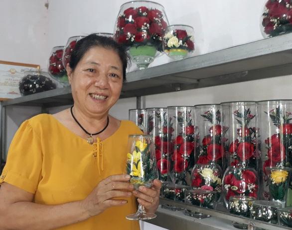 Elderly Vietnamese woman practices flower embalming to keep blossoms 'eternal'